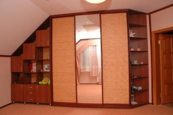 шкаф в мансарде