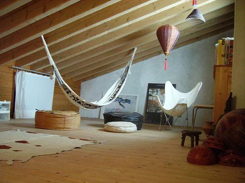 Деревянные балки в интерьере мансарды