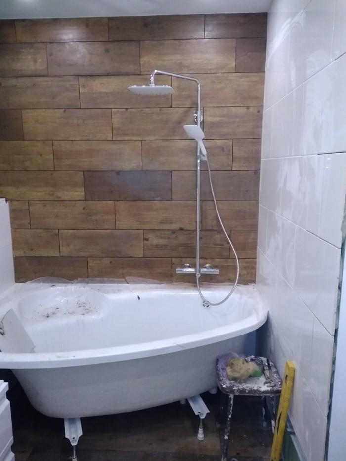 Установленная ванна и душевая стойка