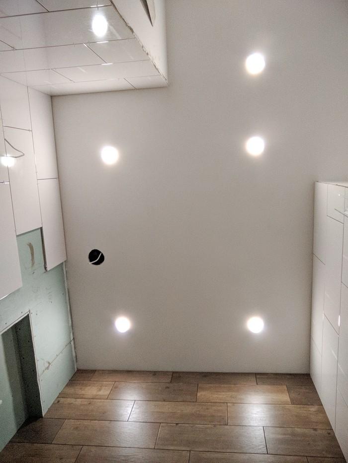 Установлены светильники в потолке